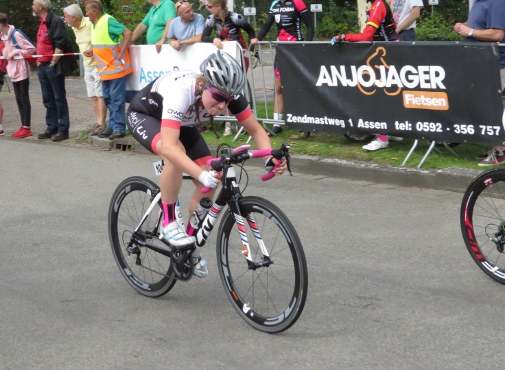 Connie Hayes - racing for line Assen Crit (photo: Phil Moir)