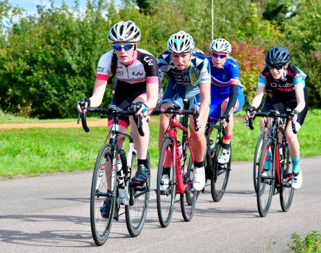 Savannah Hewson leading group at Moose.eu Hillingdon Crits (photo: John Orbea)